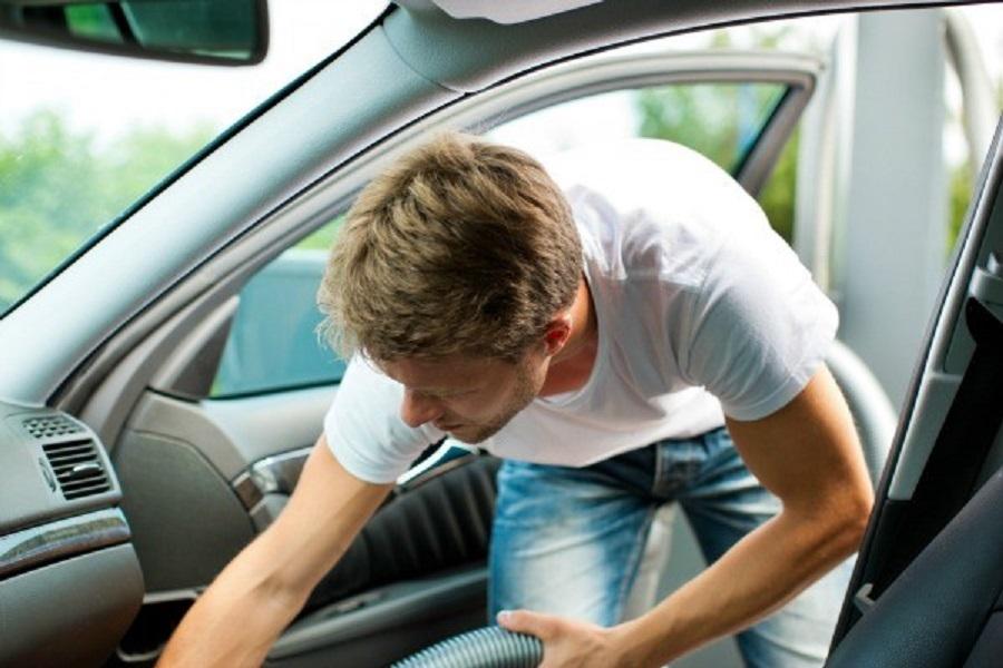 Cum se curata interiorul masinii?